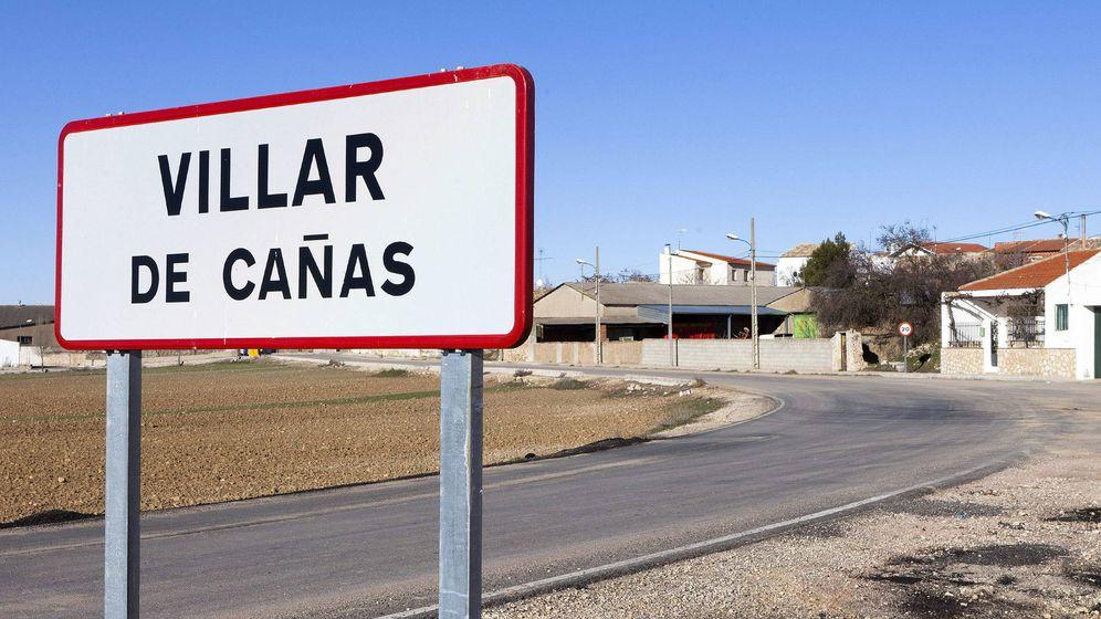Foto: Un cartel indica la llegada a Villar de Cañas. (EFE)