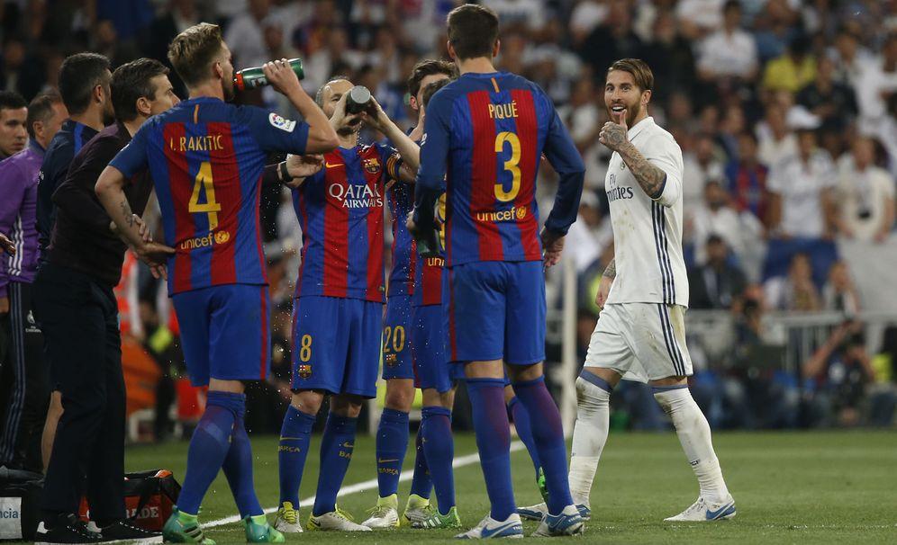 Foto: Sergio Ramos se dirige a Piqué tras ser expulsado en el Clásico. (Reuters)
