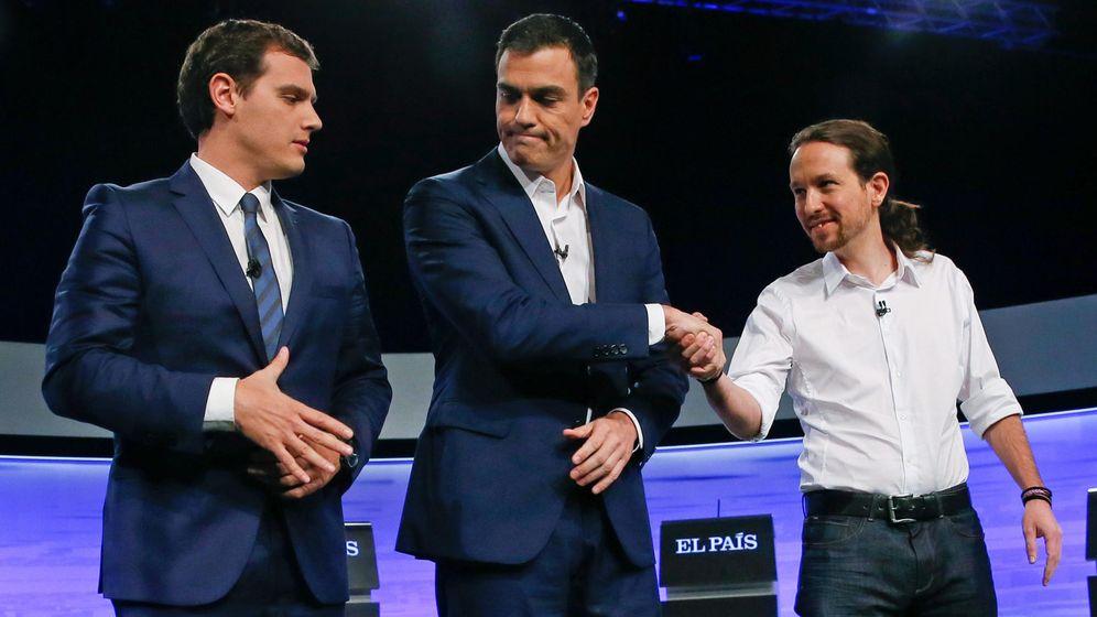 Foto: Los candidatos a la Presidencia del Gobierno: Albert Rivera (i); PSOE, Pedro Sánchez (c); y Podemos, Pablo Iglesias (d), se saludan en un debate televisivo. (EFE)