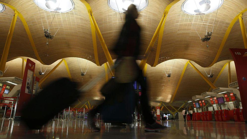 Foto: Varias personas atraviesan la terminal T 4 del Aeropuerto Adolfo Suárez-Madrid Barajas. (EFE)
