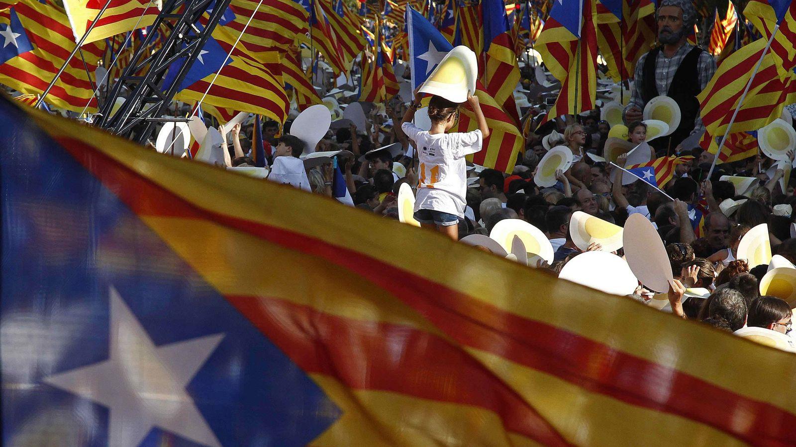 Foto: Decenas de esteladas en la celebración de la Diada en Barcelona. (EFE)
