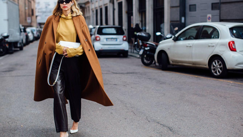 Cómo llevar los pantalones efecto cuero en 5 looks del street style fuera de lo común