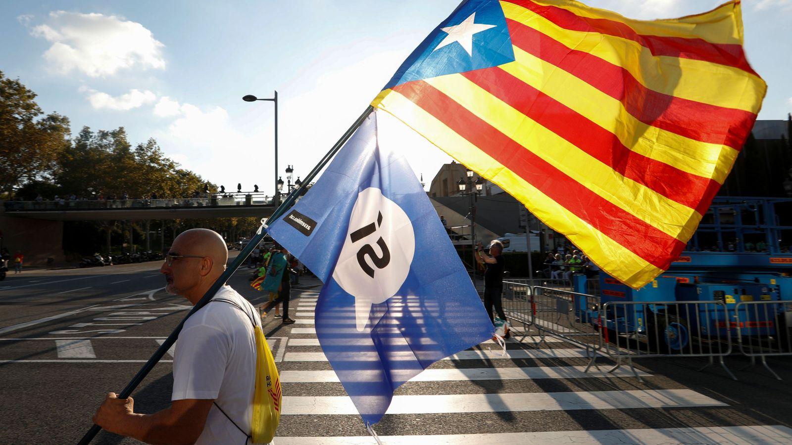 Foto: 'Estelada' y bandera del 'sí' en Barcelona. (Reuters)