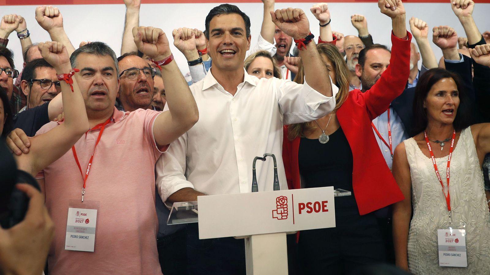 Foto: Pedro Sánchez, rodeado de su equipo, celebrando la victoria en las primarias del pasado 21 de mayo, en Ferraz. (EFE)