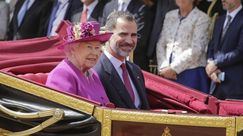 Foto: El rey Felipe junto a la reina Isabel en el carruaje de titulares camino a la recepción en el palacio de Buckingham.
