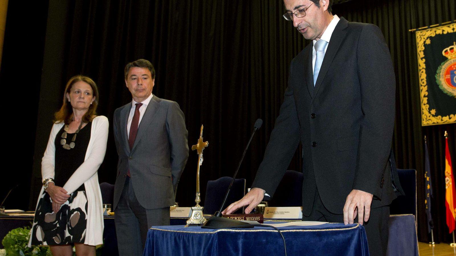 Foto: El rector de la Universidad Rey Juan Carlos, Fernando Suárez Bilbao (d). (EFE)