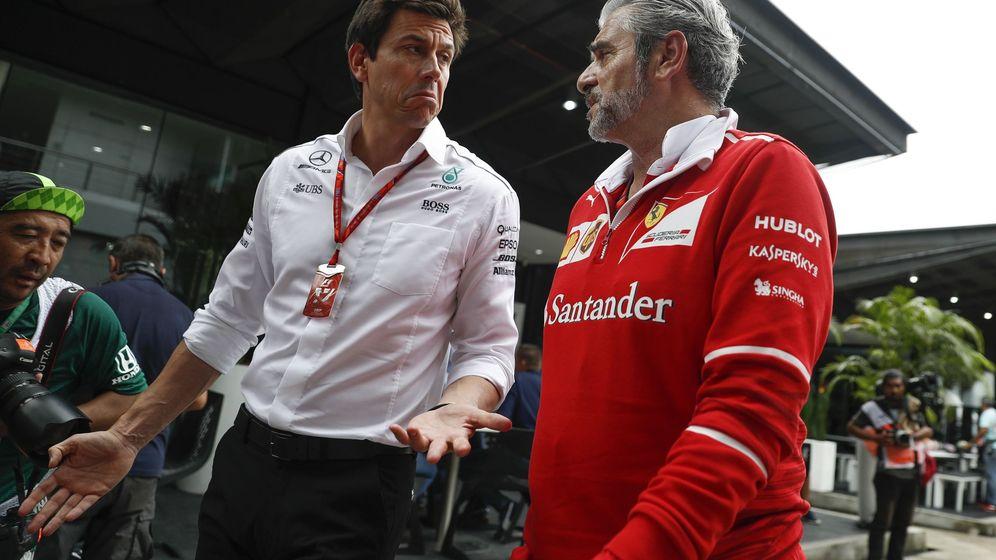 Foto: Ferrari Maurizio Arrivabene (d) y el jefe de Mercedes, Toto Wolff (i). (EFE)