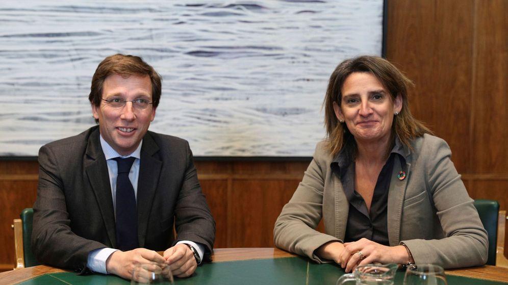 Foto: El alcalde de Madrid, José Luis Martínez-Almeida, junto a la ministra de Transición Ecológica, Teresa Ribera. (EFE)