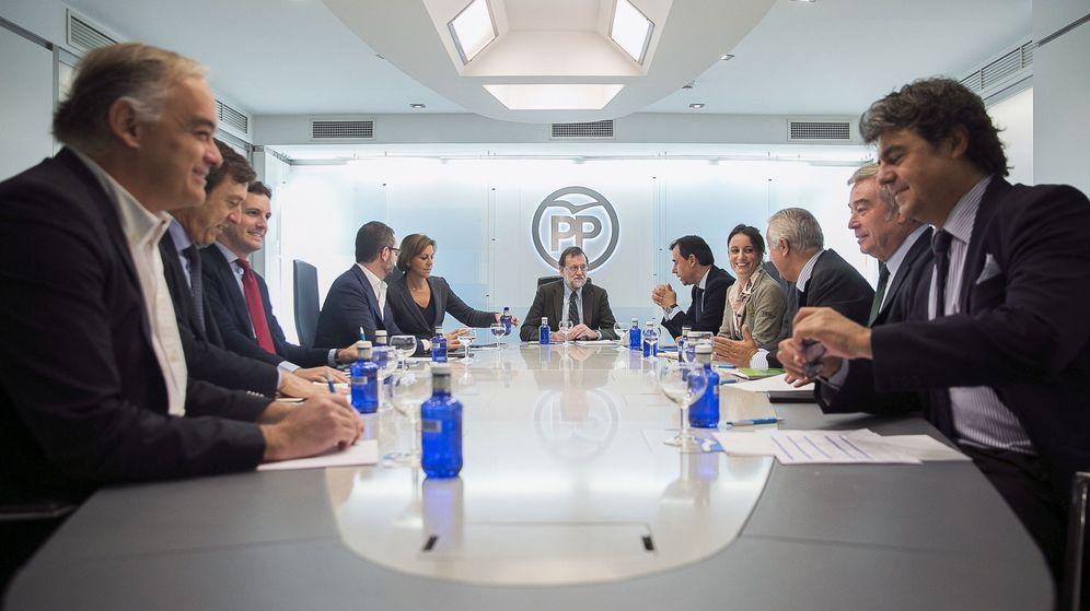Foto: El presidente del Gobierno y del PP, Mariano Rajoy (fondo), durante una reunión del comité de dirección del partido. (EFE)