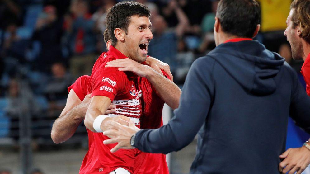 Foto: Novak Djokovic celebra con todos sus compañeros la ATP Cup cosechada ante España. (Reuters)
