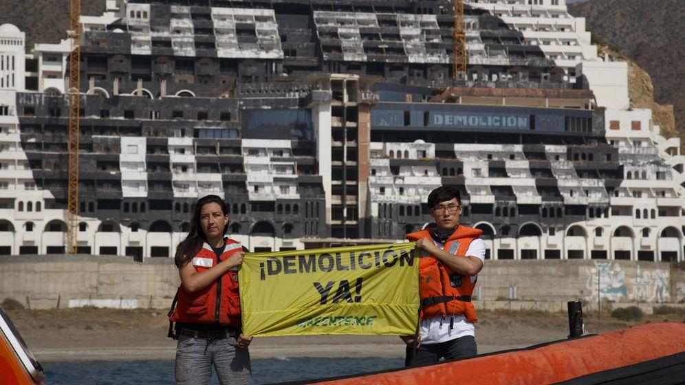 Foto: Pintada de la ''i'' de ilegal en hotel Algarrobico, en Almería. (EFE)