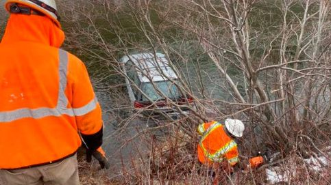 Un repartidor salva a una mujer que había caído a un río helado con su coche