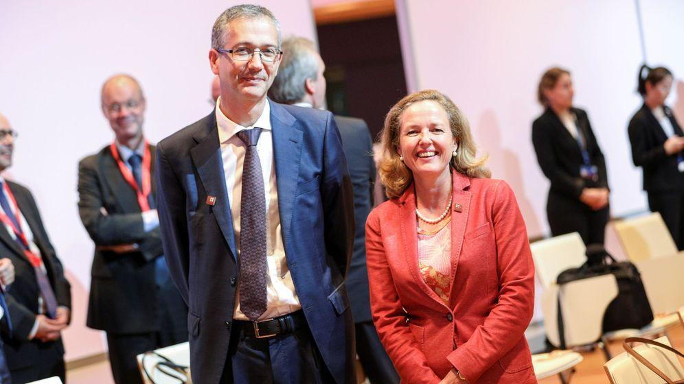 Foto: El gobernador del Banco de España, Pablo Hernández de Cos (i), y la ministra de Economía, Nadia Calviño. (EFE)