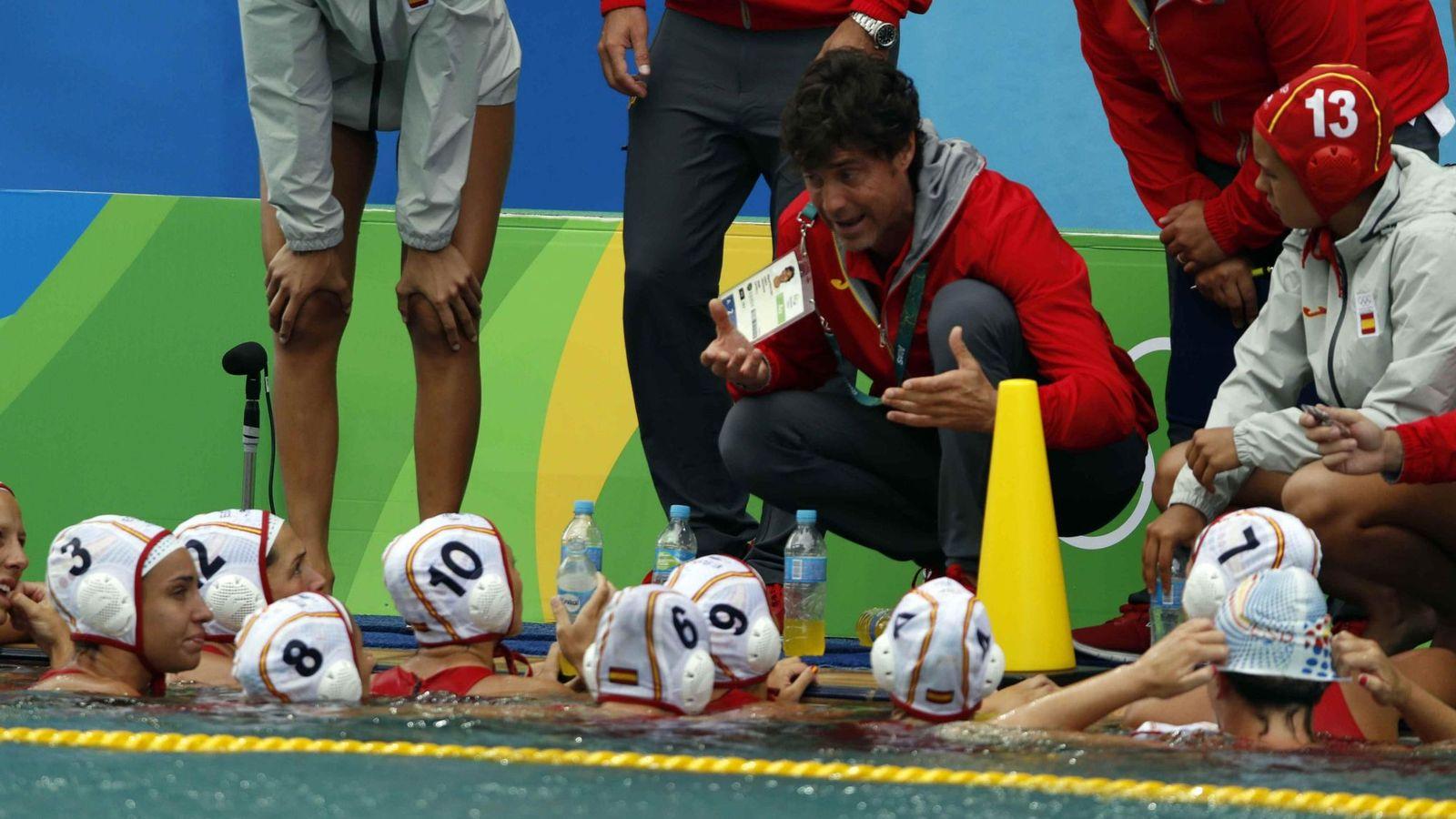 Foto: El seleccionador España, Miguel Oca, da instrucciones a sus jugadoras (EFE)
