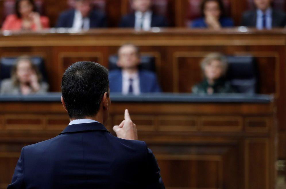 Foto: Pedro Sánchez, dirigiéndose a Pablo Casado en la penúltima sesión de control del Congreso, este 20 de febrero. (EFE)