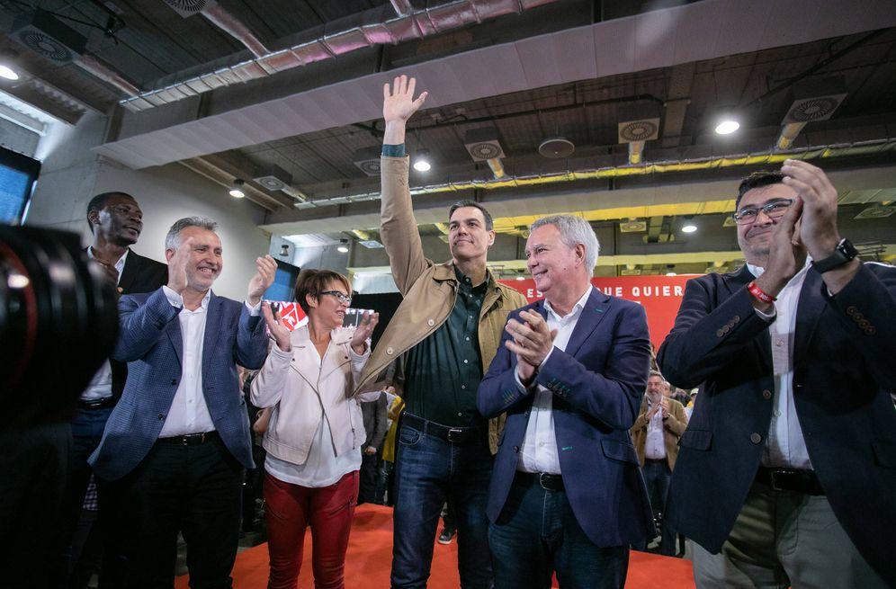 Foto: Pedro Sánchez, junto con Ángel Víctor Torres, Elena Máñez y Chano Franquis (2d), este 14 de abril de 2019 en Las Palmas de Gran Canaria. (Eva Ercolanese | PSOE)
