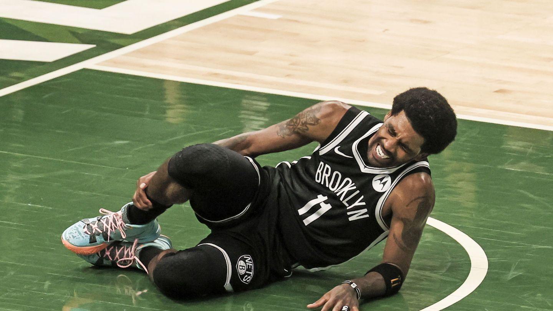 Irving, se retuerce de dolor en un partido con los Nets. (EFE)