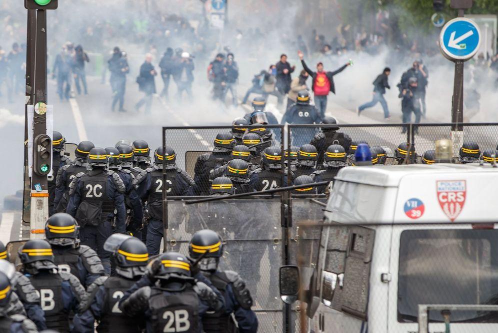 Foto: Manifestantes se enfrentan a la policía durante una marcha por el Día de los Trabajadores, el 1 de mayo de 2018. (EFE)
