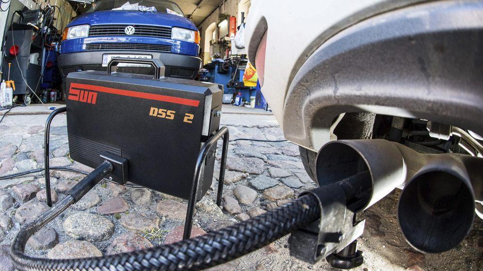 Foto: Un dispositivo mide los niveles de emisiones del motor diésel de un Volkswagen Golf 2.0 TDI en un taller. (EFE)