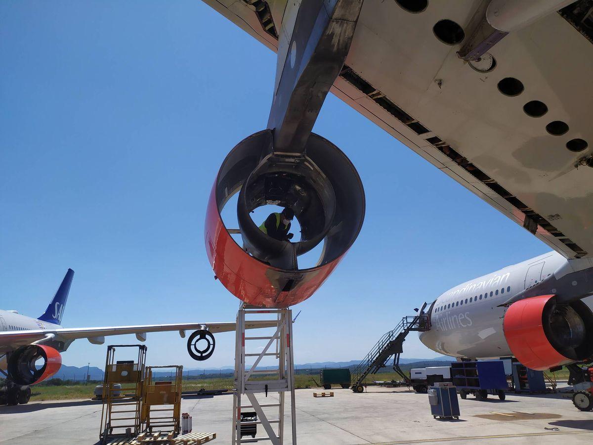 Foto: Desmantelamiento de un avión en el Aeropuerto de Castellón.