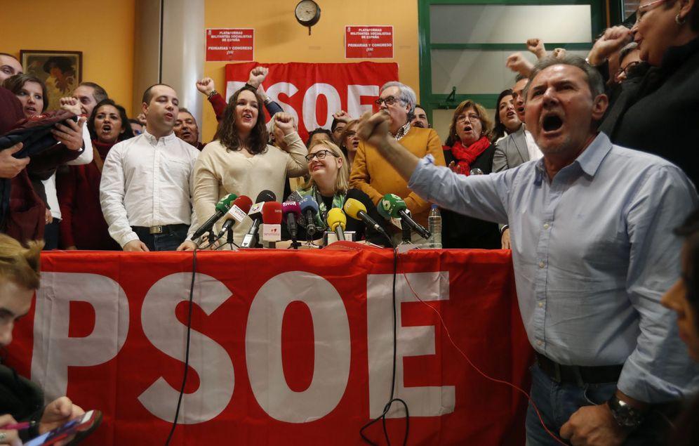Foto: La portavoz de las plataformas pro primarias ya, Nieves Hernández, rodeada de sus compañeros, profiriendo el ¡No es no!, este 13 de enero en Madrid. (EFE)