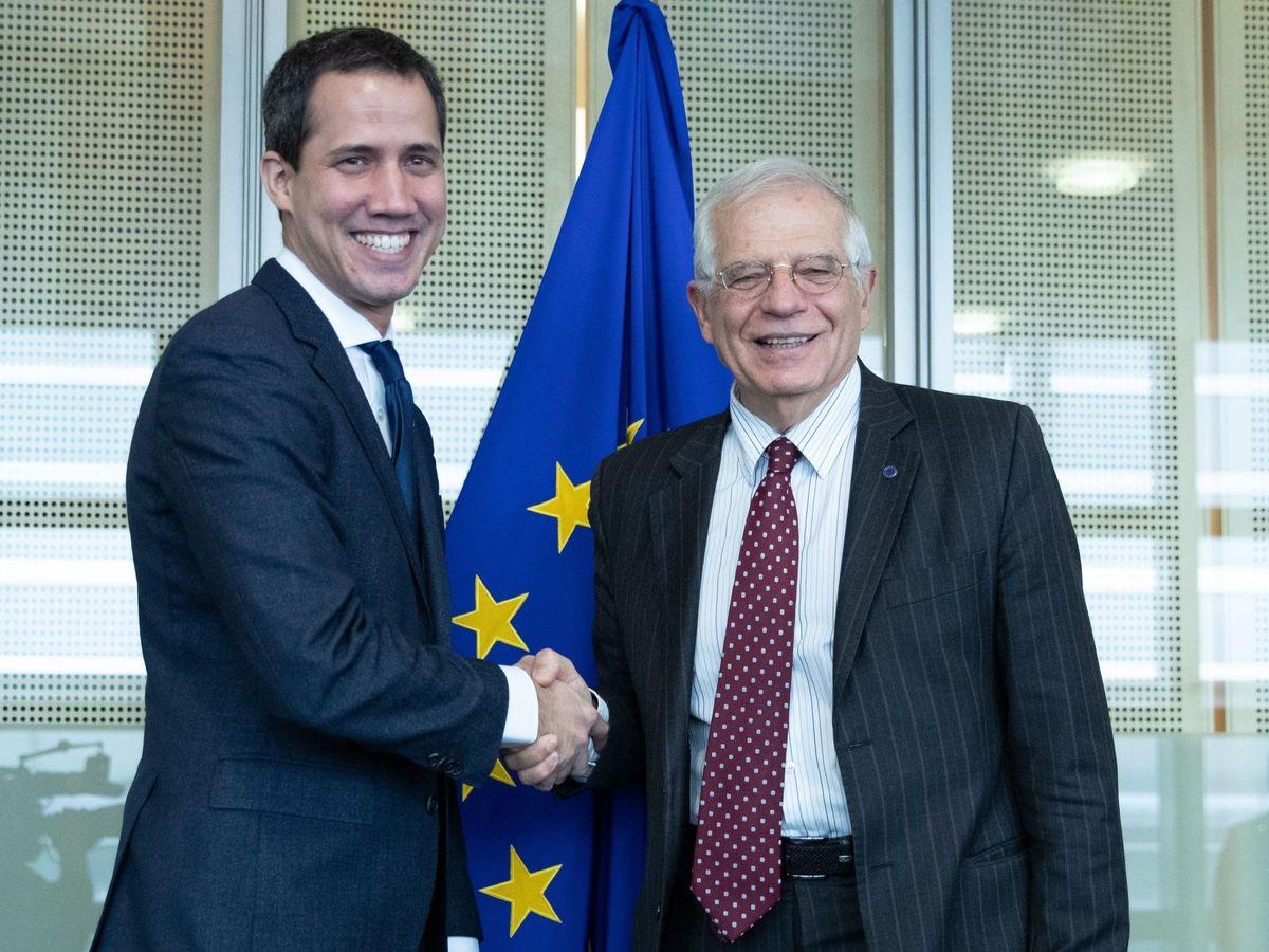 Foto: El alto representante de la Unión Europea (UE) para la Política Exterior, Josep Borrell (d), saluda al presidente de la Asamblea Nacional de Venezuela, Juan Guaidó (EFE)
