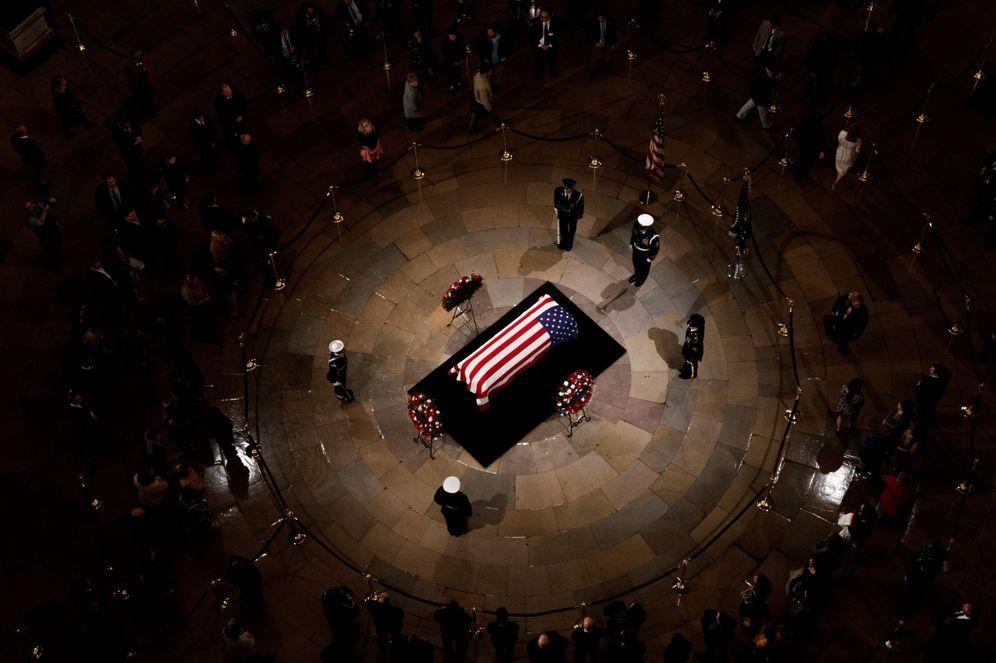 Foto: El féretro de George Bush, en el Capitolio. (EFE)