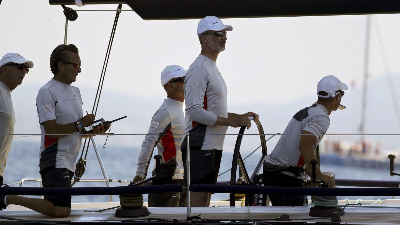 El monarca con su tripulación. (EFE)