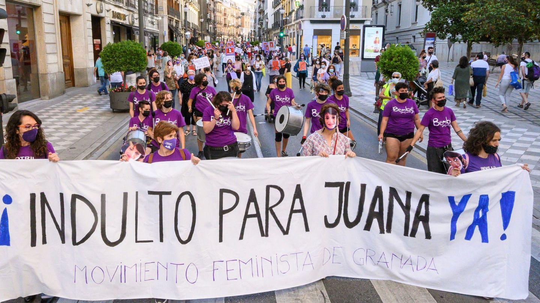 Una manifestación convocada reclamando el indulto para Juana Rivas en Granada. (EFE)