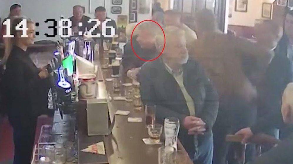 Foto: Momento en el que McGregor agrede al hombre en Dublin. (MTZ)