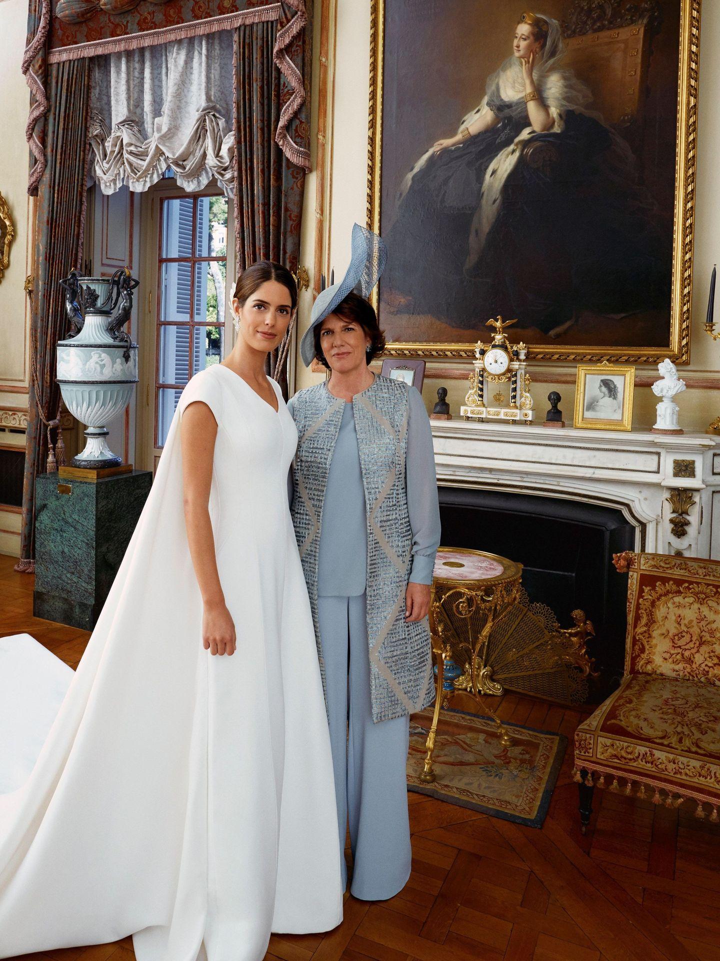 Sofía Palazuelo posa junto a su madre, Sofía Barroso, en el palacio de Liria, en Madrid, durante el día de su enlace matrimonial con Fernando Fitz-James Stuart y Solís, hijo del duque de Alba. (EFE /Casa de Alba)