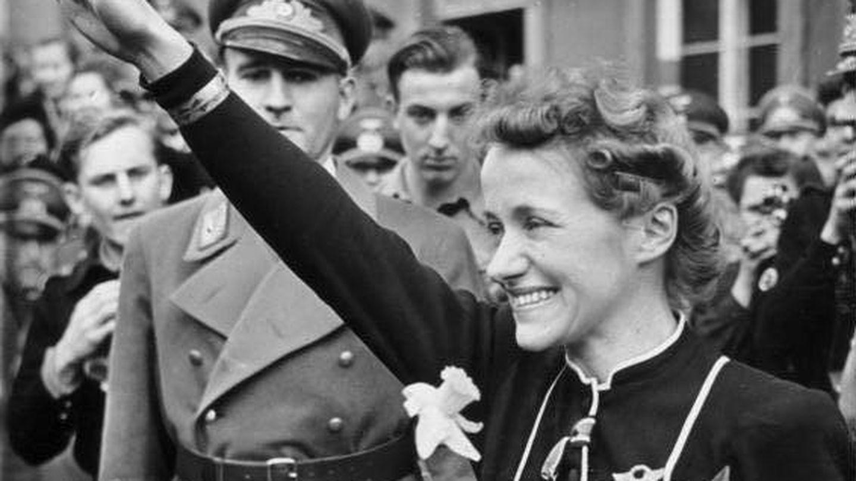 Reitsch haciendo el saludo nazi. (Bundesarchiv)