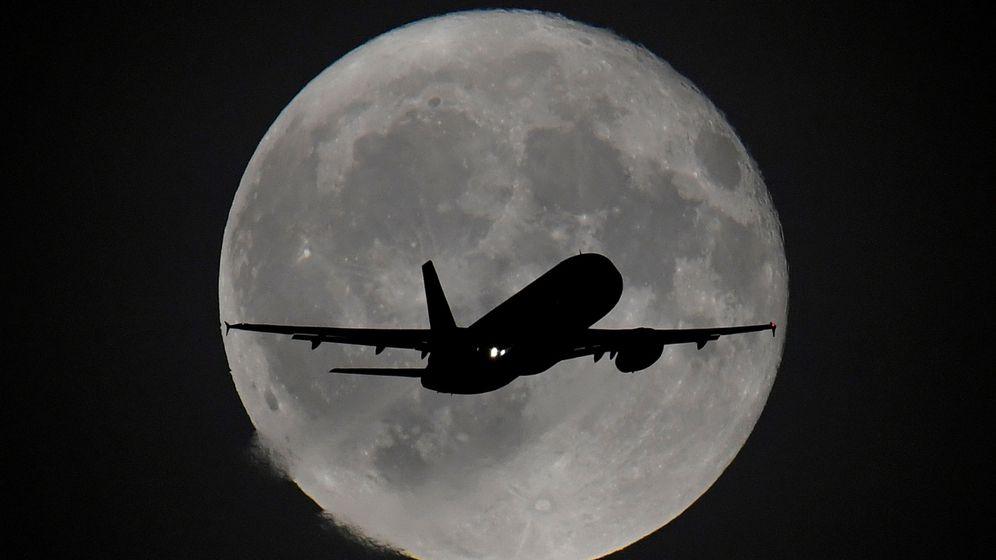 Foto: Un avión, saliendo del aeropuerto de Heathrow. (Reuters)