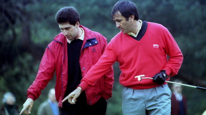 Ballesteros y Olazábal estudian un 'green' en un torneo de 1995. (REUTERS)