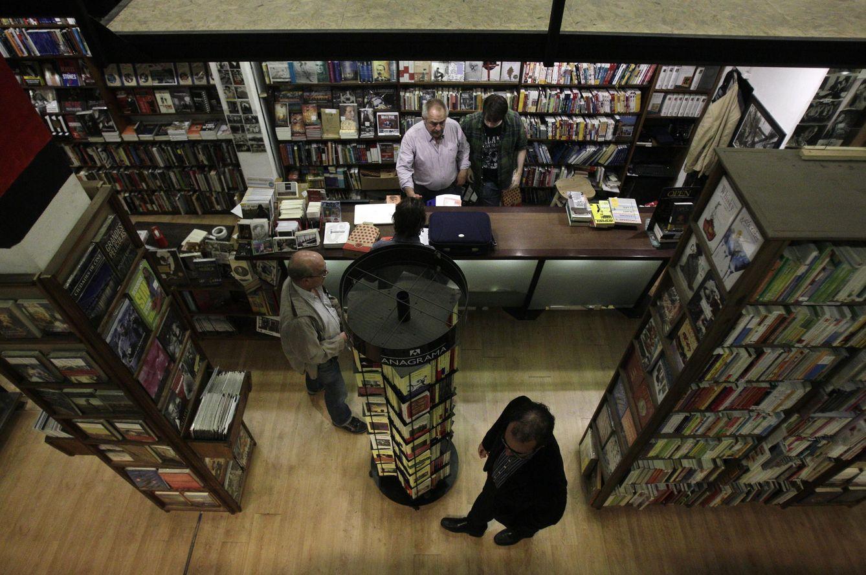 Foto: Clientes paseando por una librería. (EFE)