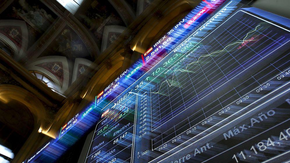 Foto: Un panel informativo de la Bolsa de Madrid muestra la evolución del Ibex 35. (EFE)