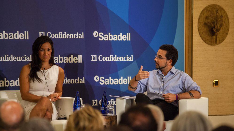 Foto: Begoña Villacís (Ciudadanos) y Sergio Pascual (Podemos) durante el foro El Confidencial-Sabadell. (Jorge Álvaro)