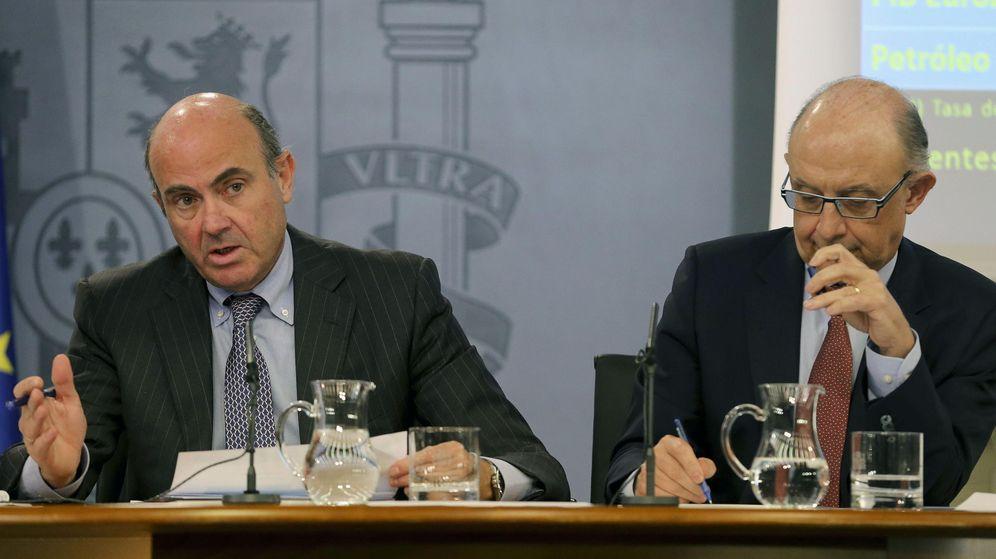 Foto: Los ministros de Economía, Luis de Guindos (i), y Hacienda, Cristóbal Montoro (d), tras un Consejo de Ministros. (EFE)