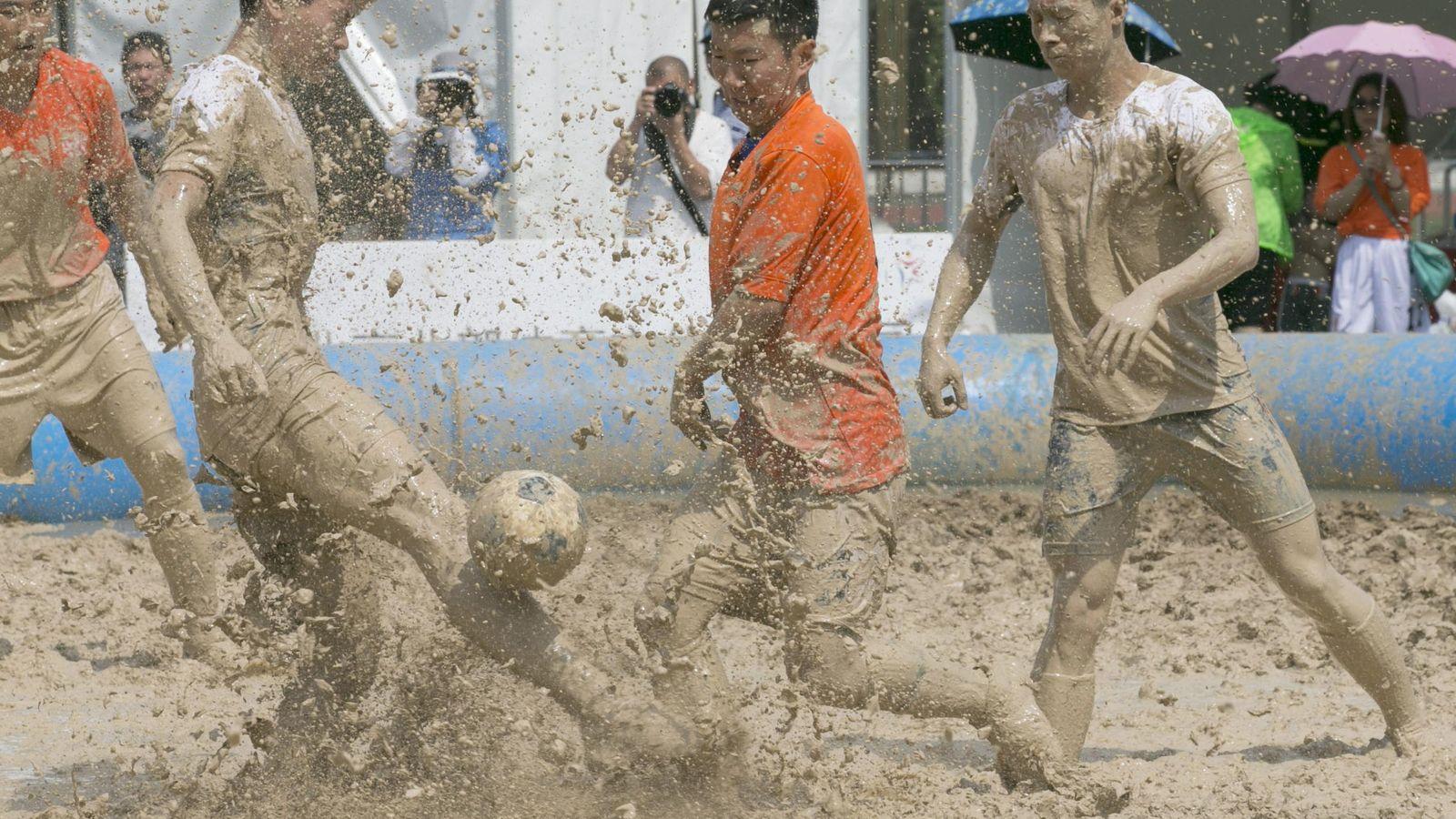Foto: Un partido de fútbol en Pekín (Efe)