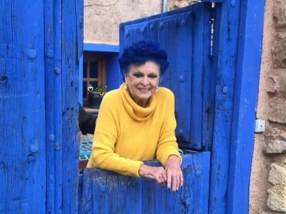 Foto:  Lucía Bosé, en la entrada de su casa azul. (IG @lucia_bose)