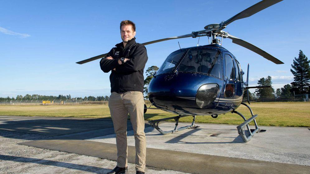 Foto: Richie McCaw, ante un helicóptero (Imago).