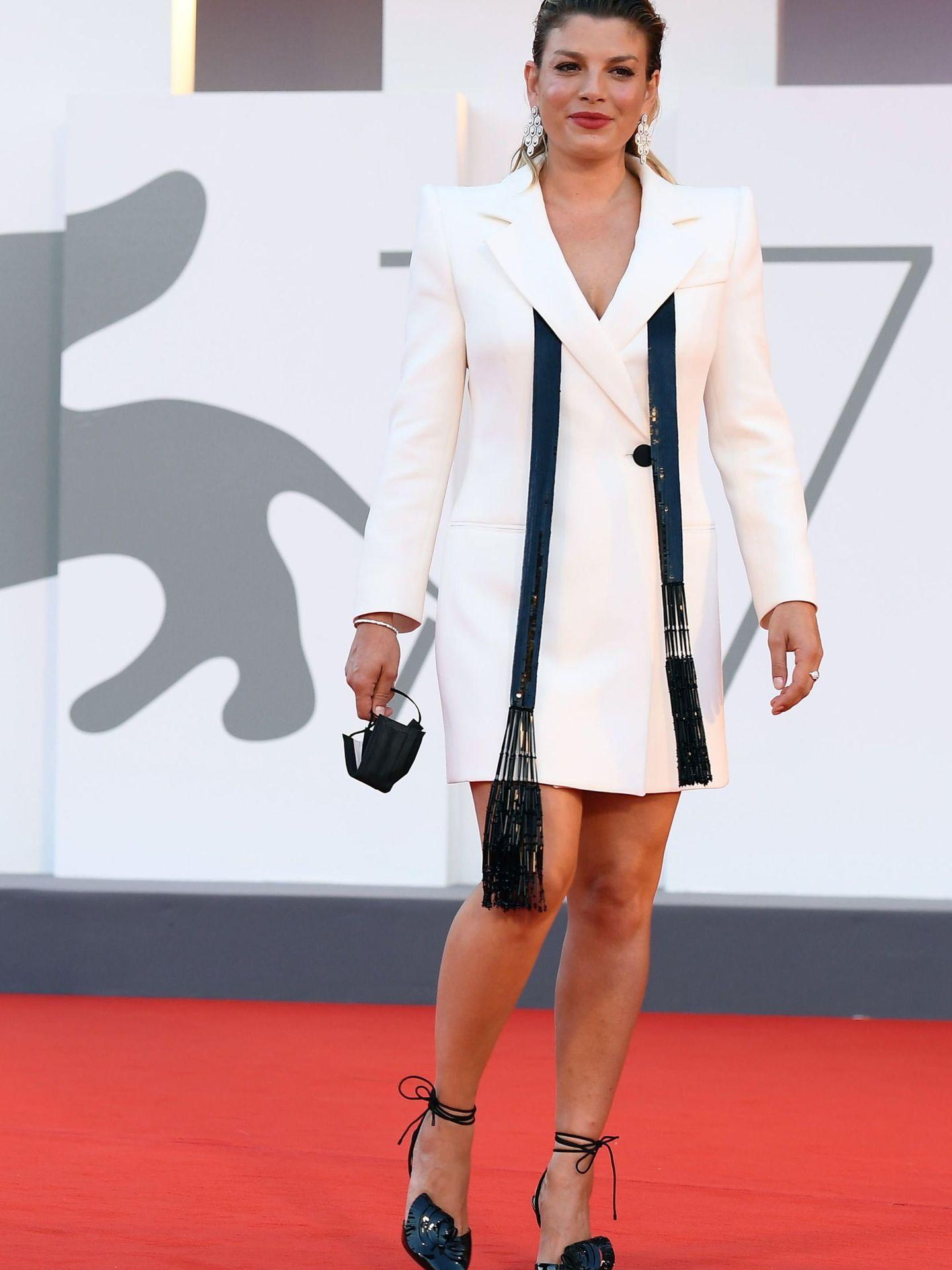 La cantante Emma Marrone, en la presentación de 'Miss Marx' con vestido blazer en color blanco. (EFE)