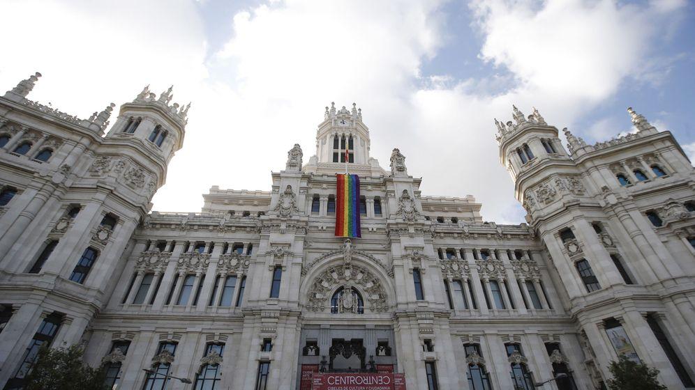 Foto: Bandera del Orgullo Gay en el Ayuntamiento de Madrid. (EFE)