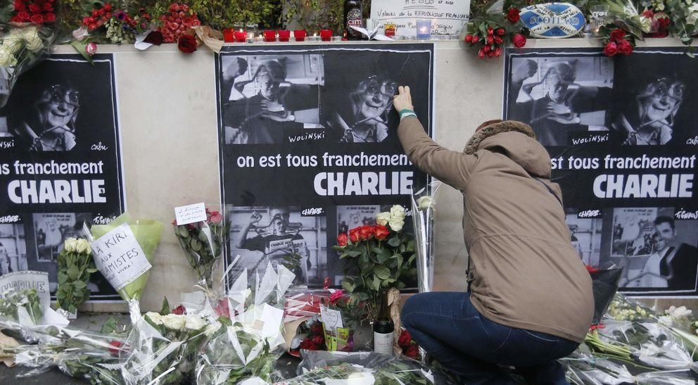 Foto: Una persona coloca flores en homenaje a las víctimas del atento en el semanario Charlie Hebdo (Reuters)