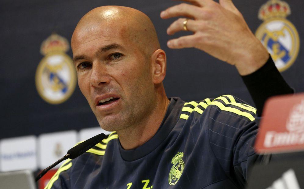 Foto: Zinedine Zidane, en plena rueda de prensa con el Real Madrid (Efe).