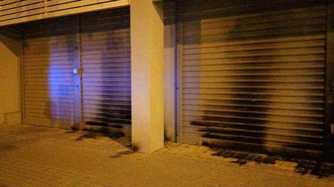 Queman la puerta de la sede del PSC en Barcelona y de otros dos edificios públicos