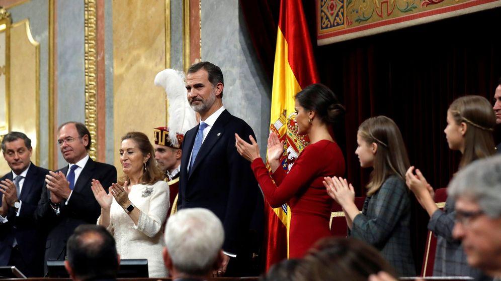 Foto: Los reyes Felipe y Letizia, junto a sus hijas la princesa Leonor y la infanta Sofía, durante el acto de conmemoración del cuarenta aniversario de la Constitución. (EFE)