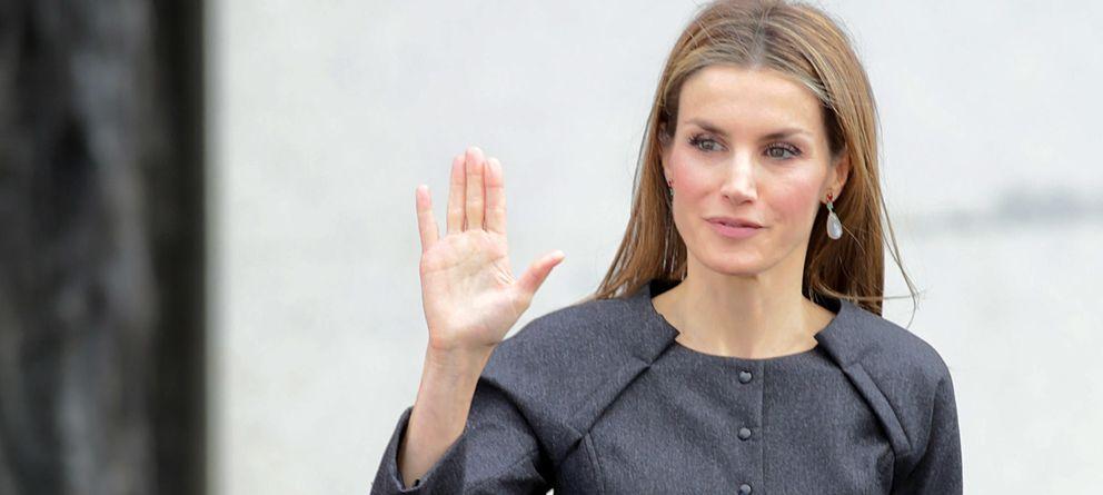 Foto: La Reina, saludando al público que la esperaba (Gtres)