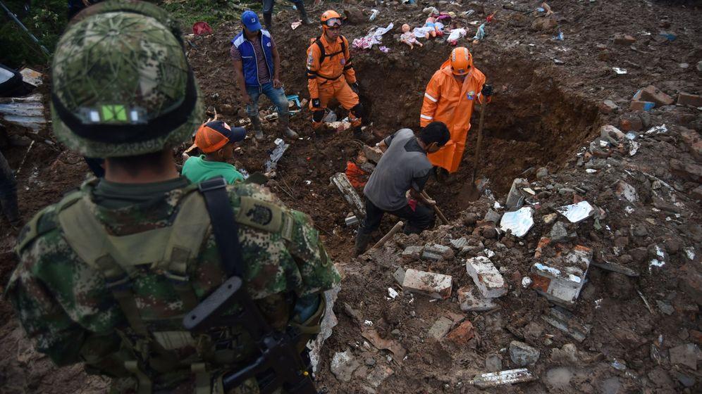 Foto: Miembros del equipo de rescate. (EFE)