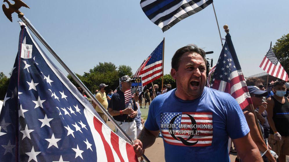Foto: Un simpatizante de QAnon en una manifestación en Brooklyn. (Reuters)